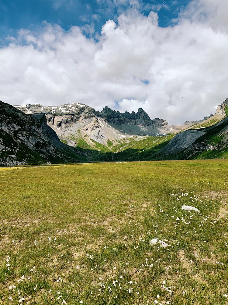 LAAX-Sommer-Wandern-Naturellymichaela_1-4 Sommer in Graubünden – Natur, Abenteuer & Greenstyle in der schönsten Bergregion