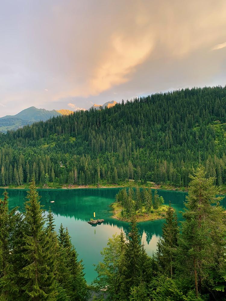LAAX-Sommer-Wandern-Naturellymichaela_1-5 Sommer in Graubünden – Natur, Abenteuer & Greenstyle in der schönsten Bergregion