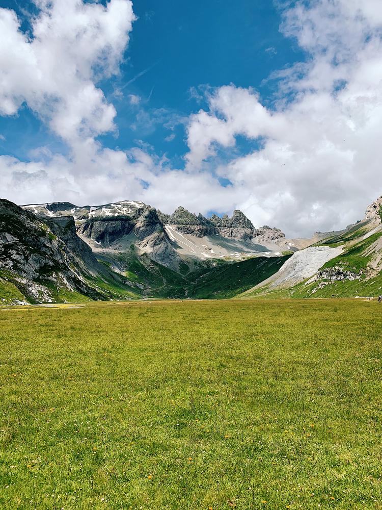 LAAX-Sommer-Wandern-Naturellymichaela_50 Sommer in Graubünden – Natur, Abenteuer & Greenstyle in der schönsten Bergregion